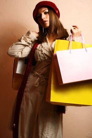 Portrait der sch�nen jungen Frauen mit ihren Einkaufstaschen