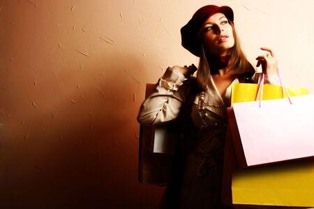 Portrait der jungen sch�nen Frauen mit ihren Einkaufstaschen