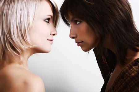 lesbische m�dchen: Blond und br�nett. Freundinnen reden