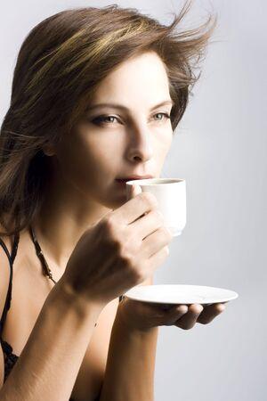 drinking coffee: Retrato de mujer hermosa de tomar caf�