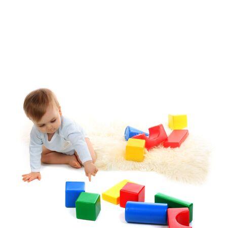 Beb� jugando con bloques brillante sobre fondo blanco Foto de archivo - 4307719