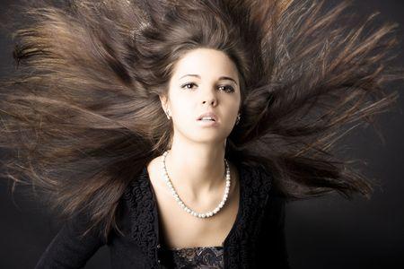 Portr�t einer sch�nen jungen Frau mit luxuri�sen Haar
