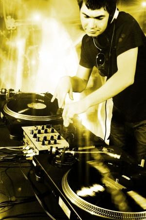 auriculares dj: DJ tocando m�sica de electro progresivo de discoteca house en el concierto