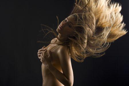 Portrait von eine sch�ne junge Frau mit Flugf�higkeit blonden Haaren