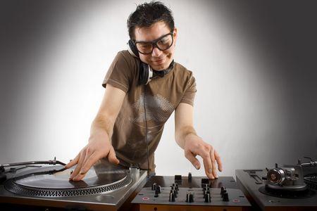 auriculares dj: DJ tocando m�sica electro progresiva de discoteca de casa Foto de archivo