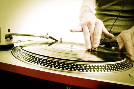 DJ tocando música electro progresiva de discoteca de casa