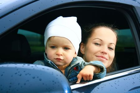 Mutter und Sohn in ein neues Auto Lizenzfreie Bilder