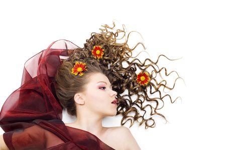 hairdo: Ritratto di una bella donna con lunghi capelli ricci e fiori. Isolato LANG_EVOIMAGES