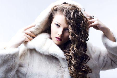 Retrato de una hermosa dama en abrigo de pieles Foto de archivo