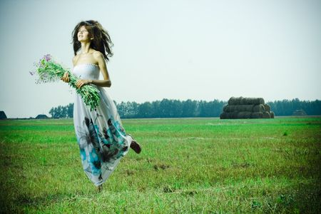 outdoor glamour: Portrait of beautiful girl in green field LANG_EVOIMAGES