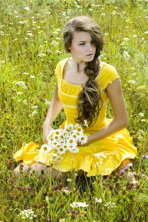 Portrait of beautiful Girl in gr�nen Feld