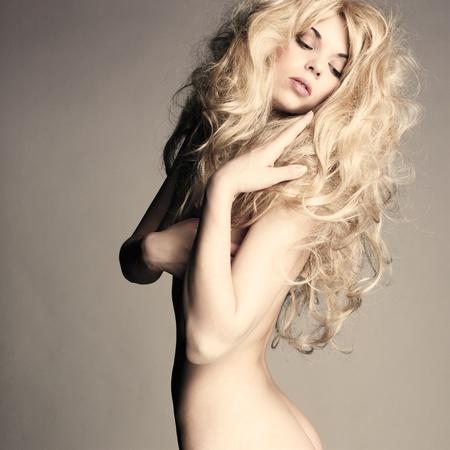 mujer rubia desnuda: Moda foto de la hermosa mujer desnuda con cuerpo sexy y el cabello rubio