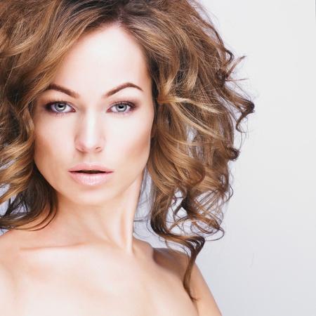Portr�t sexy kaukasischen junge Frau mit langen gesundes Haar, sch�ne Augen, sinnliche Lippen und saubere Haut