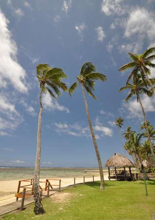 cabane plage: Les plages tranquilles de l'oc�an Pacifique Sud sont vraiment un paradis retrouv�. Cette plage chaumi�re surplombe la c�te de corail sur l'�le de Viti Levu (Fidji)