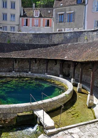 Tonnerre dans le Morvan, Bourgogne, France se trouve sur la rivière Armançon. Célèbre pour theTonnerre Fosse Dionne lavoir Banque d'images