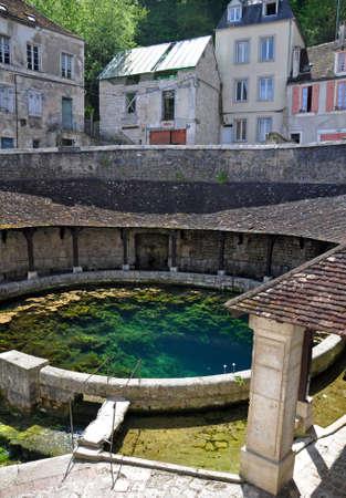 Tonnerre au Morvan, en Bourgogne, en France se trouve sur la rivière Armancon. Célèbre pour le laverie Tonnerre Fosse Dionne
