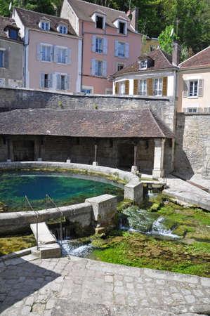 Tonnerre en Bourgogne France se trouve sur la rivière Armançon, célèbre pour son lavoir Tonnerre Fosse Dionne