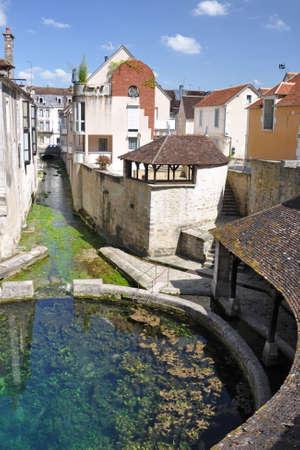 Tonnerre dans le Morvan, Bourgogne, France se trouve sur la rivière Armançon. Célèbre pour theTonnerre Fosse Dionne lavoir