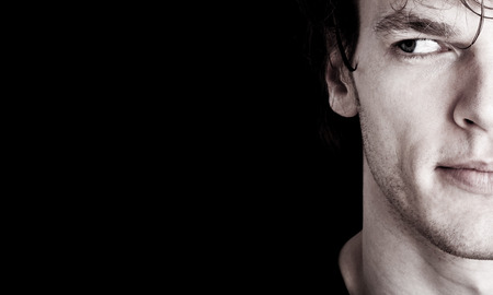 cerrar: cosecha de la cara del hombre joven mirando el espacio vacío