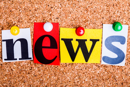 The word news in cut out magazine letters pinned to a cork notice board  Standard-Bild