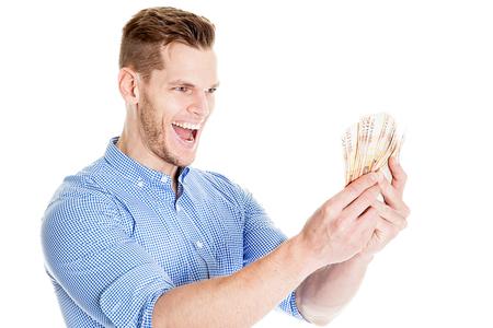 Jubelnder junger Mann mit dem Bart, der Banknoten lokalisiert hält