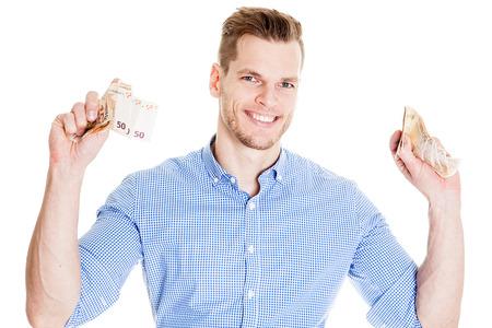 Exultant junger Mann mit Bart hält Banknoten isoliert