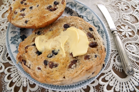 Toasted Teacakes a traditional British bun containing raisins sultanas and spices Imagens