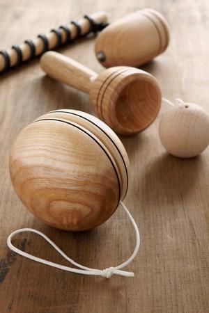 Ouderwetse houten speelgoed Yo yo, beker en bal en een top en zweep een retro jeugd begrip