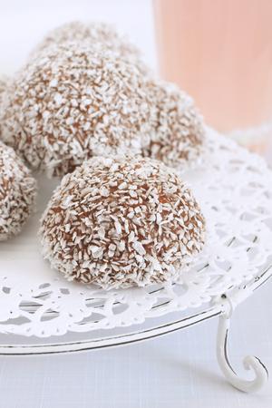 palle di neve: Palle di neve cocco marshmallow ricoperti di cioccolato e cocco Archivio Fotografico