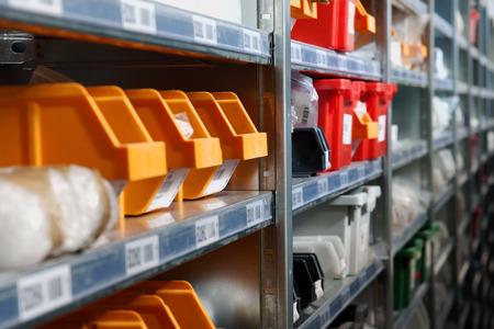 componentes: Contenedores de almacenamiento y bastidores en un tiro almacén con enfoque selectivo