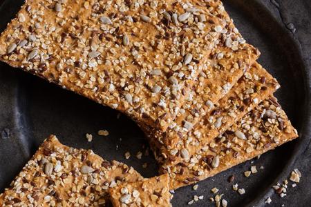 galletas integrales: galletas de harina integral de espelta y muesli o pan crujiente Foto de archivo