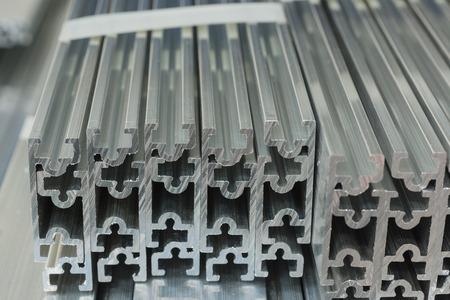 Secciones transversales de canales de aluminio o aluminio extruidos para uso en fabricación y fabricación