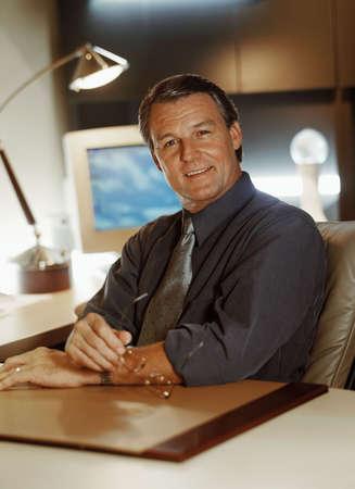 furniture hardware: Retrato de hombre de negocios en su escritorio
