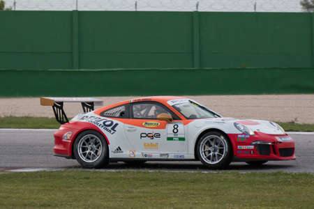 alberto: Misano Adriatico, Rimini, Italia - el 10 de mayo: Un Porsche 911 GT3 Cup del equipo Ghinzani Arco Motorsport, conducido por Alberto De Amicis (ITA), el, carreras de coches Porsche Carrera Cup el 10 de mayo de 2014 en Misano Adriatico, Rimini, Italia. Editorial