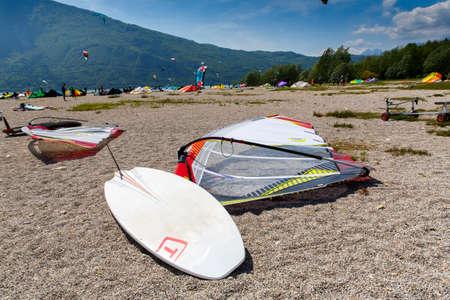 windsurfing: Lago de Santa Croce, Italia - 21 de mayo, 2016: windsurf equipamiento deportivo en el lago de Santa Cruz Beach, Alpago, Belluno, Véneto, Italia Editorial