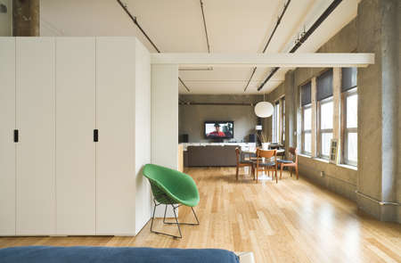 Camera interna di stile moderno con un divisore di camera aperta mostrando il resto del soppalco. Tiro orizzontale.
