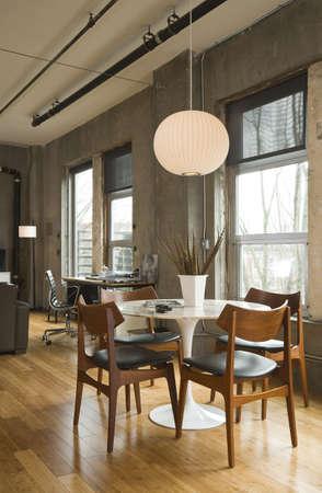 현대 다락방 설정에 식당 테이블과 책상. 세로 쐈 어.