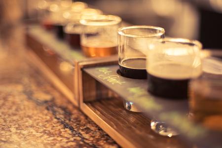 로컬 마이크로 양조장에서 화강암 바 상단에 맥주 비행의 근접 촬영 스톡 콘텐츠
