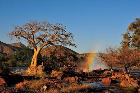 日没時のナミビア Epupa 滝の小さい部分