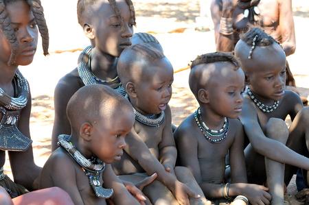 アルカサル、ナミビア - 可能性があります 2011年正体不明のひんば族子供ポーズ カメラマン 2011 年 5 月 27 日のひんば族の村で村への入場料は指定さ