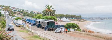 Permanent: Mosselbaai, Zuid-Afrika - 30 december 2014: Permanent geparkeerd spoorweg coaches bieden accommodatie voor bezoekers aan het strand Dias Redactioneel