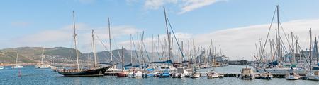 dafne: CITTA 'DEL CAPO, SUDAFRICA - 12 DICEMBRE 2014: Porto di Simons Town con due sudafricani fregate classe Navy Valour e S99, il SAS Assegaai, un sottomarino di classe Daphne, ora un elemento del museo, nella parte posteriore