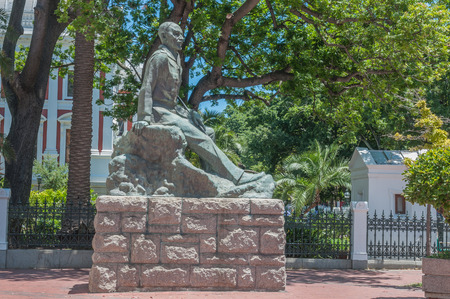 smuts: CAPE TOWN SOUTH AFRICA  DECEMBER 18 2014:  Statue of Jan Christiaan Smuts a former  prime minister of the Union of South Africa