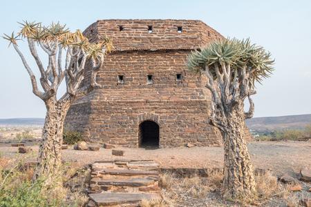 boer: Este fort�n en una colina vigilado Prieska, un peque�o pueblo junto al r�o Gariep, durante la Segunda Guerra Boer. Fue construido a partir de semi-preciosas piedras tigres ojo Foto de archivo