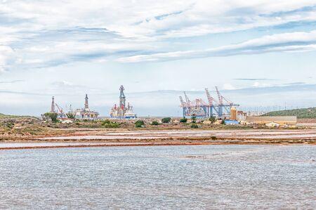ポート ・ エリザベス, 南アフリカ - 2016 年 2 月 26 日: 塩の作品の前で Couga Ngcura 港の船