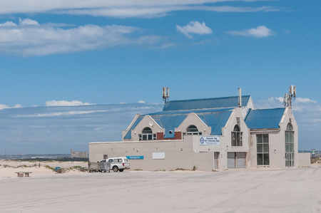 salvavidas: Port Elizabeth, Sudáfrica - 26 de febrero, 2016: El edificio de la Bluewater Bay salvamento de la resaca del club en la desembocadura del río Swartkops Editorial