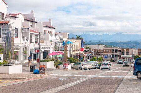 プレテンベルグ ベイ、南アフリカ - 2016 年 3 月 3 日: プレテンベルグ ベイの中央ビジネス地区に街の風景 報道画像