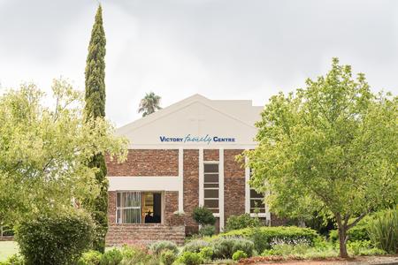 familia en la iglesia: CRADOCK, Sudáfrica - 19 de febrero, 2016: La Iglesia de la familia de la Victoria en Cradock, una ciudad de tamaño medio en la Provincia Oriental del Cabo Editorial