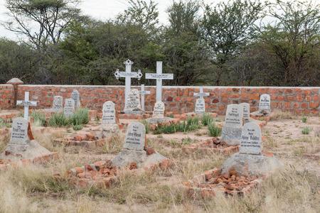 PARQUE NACIONAL DE LA PLATA DE WATERBERG, NAMIBIA - 19 DE JUNIO DE 2017: El cementerio militar alemán de la batalla en 1904 entre los ejércitos alemanes y Herero Foto de archivo - 83378326