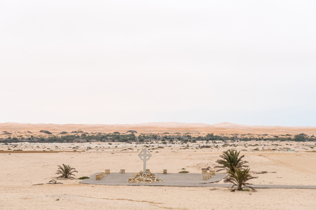 나미비아의 대서양 연안에있는 Namib 사막에있는 Swakopmund에있는 묘지의 일부. 스와 코프 강과 사구가 뒤쪽에 있습니다.